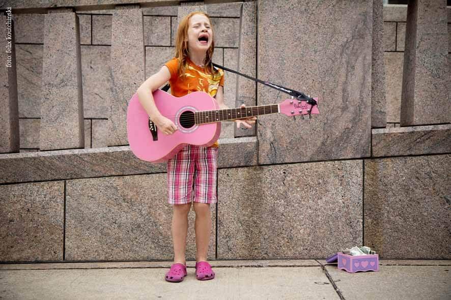 Mädchen mit Gitarre singt